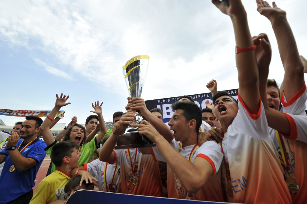 IberCup Barcelona - cheering players with the cup - Road to Sport