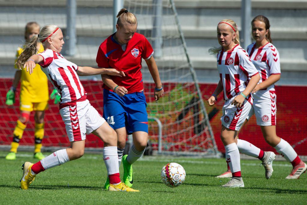 Dana Cup - młode piłkarki podczas meczu - Road to Sport
