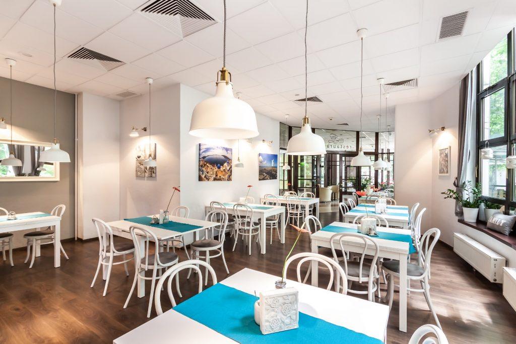 Wawel Sport Center - stoliki w restauracji