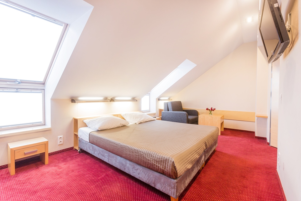 Cayaking camps - hotel bedroom - Road to Sport